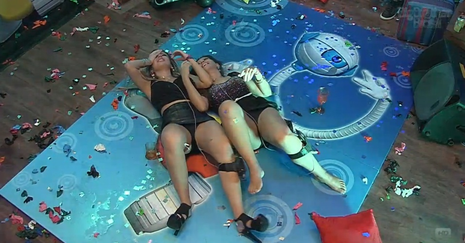 23.mar.2013 - Fernanda e Andressa caem no chão da pista da última festa do