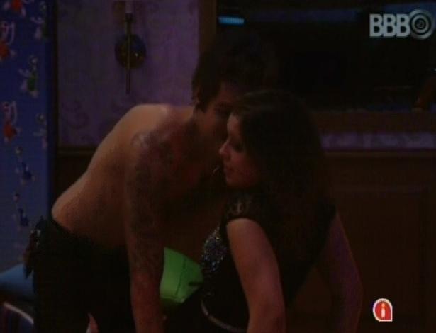 23.mar.2013 - Nasser dança sensualizando para Andressa e sister foge das investidas.