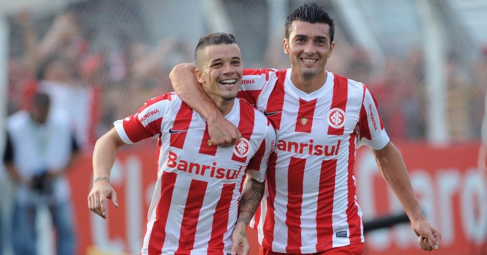 24.03.2013 - D'Alessandro (esquerda) marcou um dos gols do Inter na vitória contra o Santa Cruz