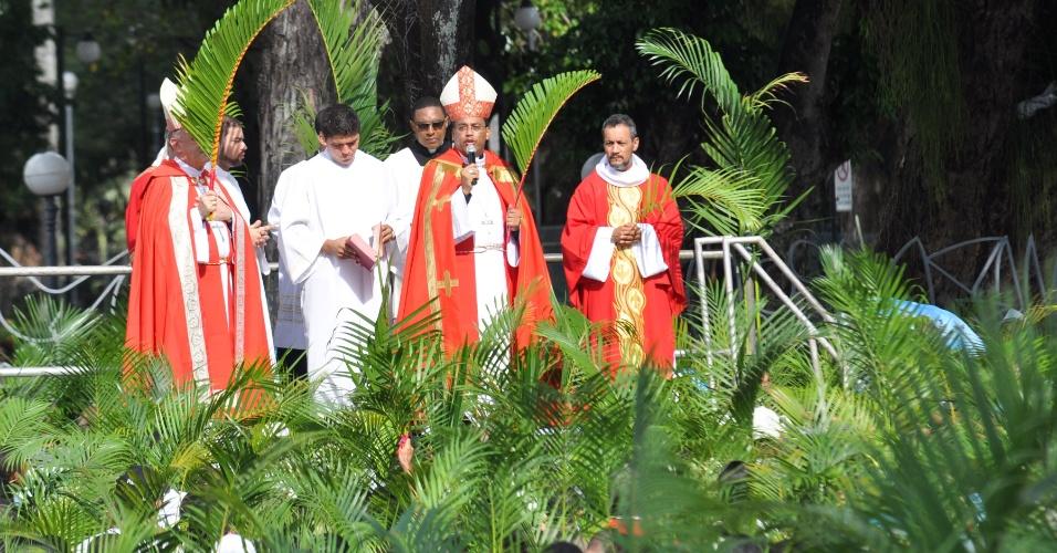 24.mar.2013 - A cidade de Salvador recebe procissão do Campo Grande à Praça Municipal, onde foi realizada missa campal de Domingo de Ramos, data de início da Semana Santa para os católicos