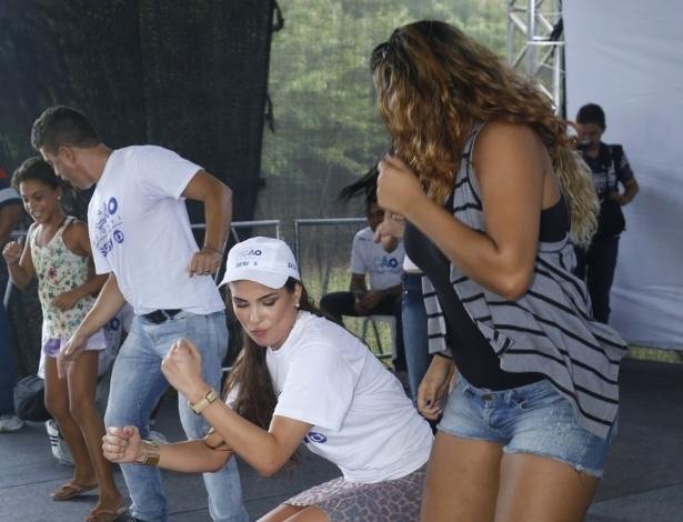 24.mar.2013 - A ex-BBB Kamilla dança durante o Ação Global, em Duque de Caxias, Rio de Janeiro