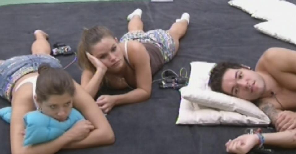 24.mar.2013 - Andressa, Natália e Nasser escutam história de Fernanda