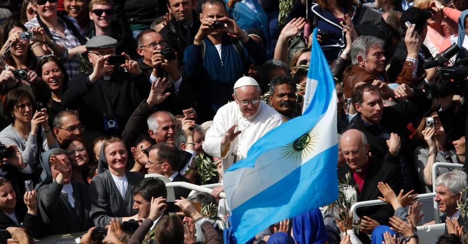 24.mar.2013 - Ao caminhar entre as centenas de fiéis na praça São Pedro, papa Francisco se aproxima da bandeira da Argentina, seu país de origem, carregada por fiéis que assistem a tradicional missa do Domingo de Ramos, celebrada pelo pontífice no Vaticano
