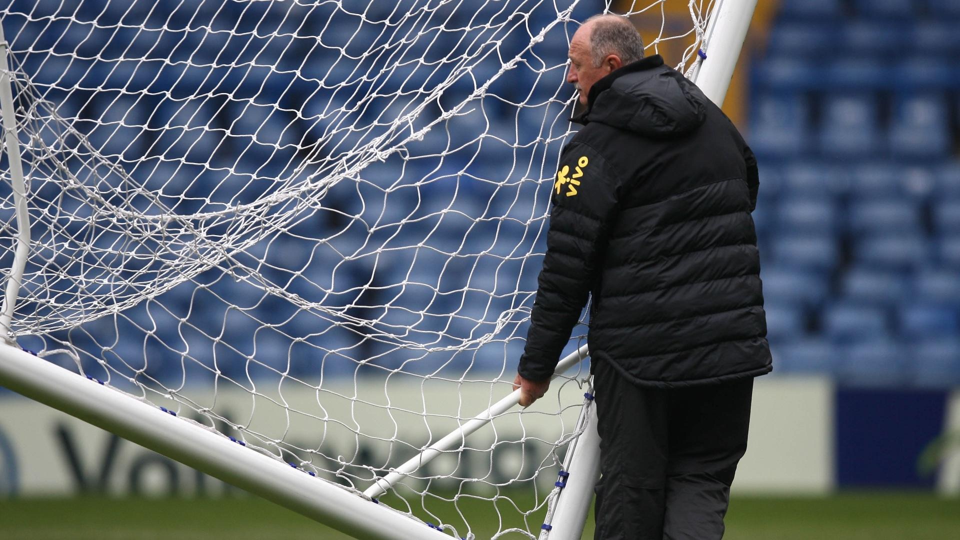 24.mar.2013 - Felipão ajusta posicionamento das traves antes do treino da seleção brasileira no Stanford Bridge, em Londres