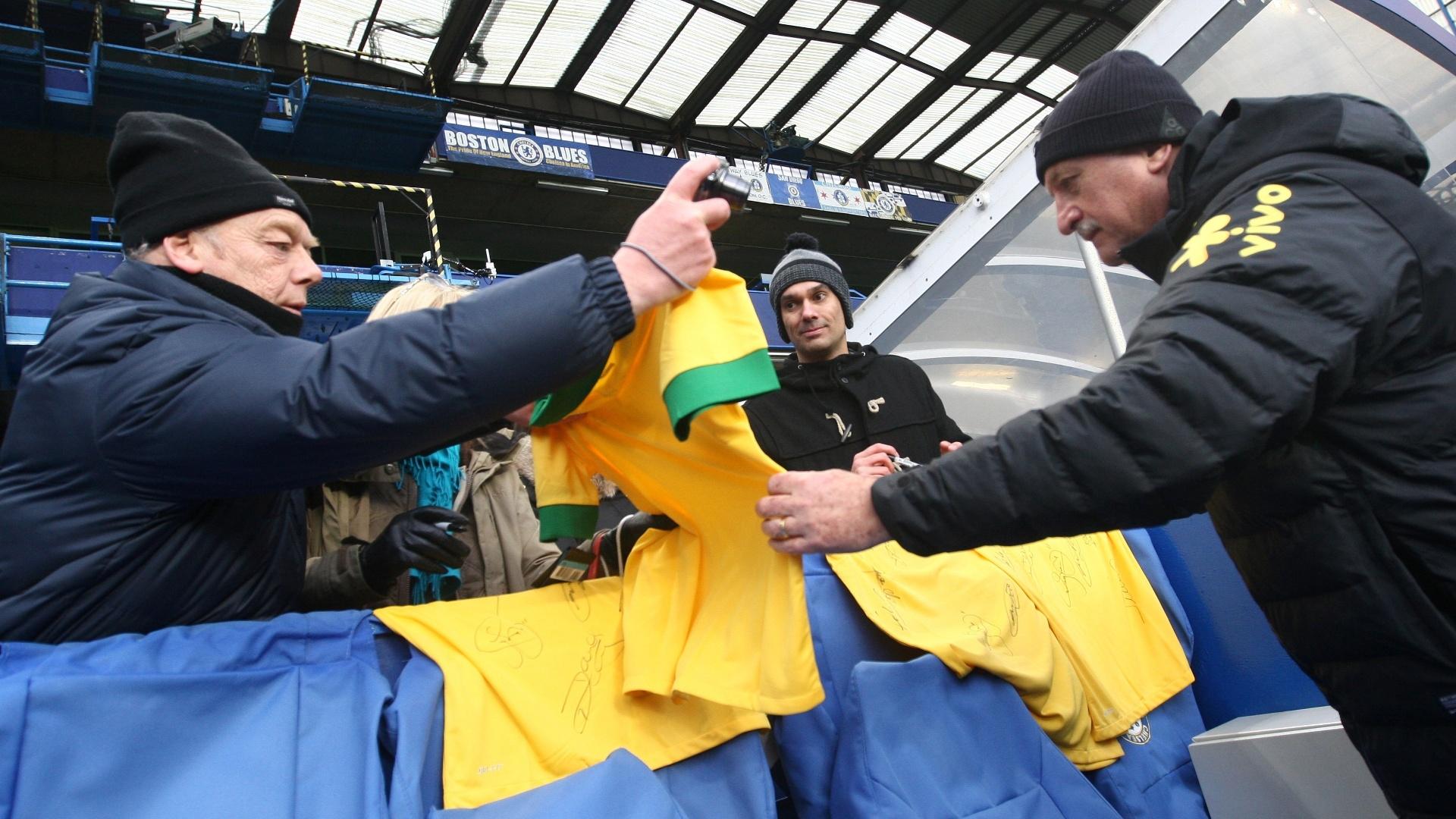 24.mar.2013 - Felipão distribui autógrafos durante treinamento da seleção brasileira em Londres