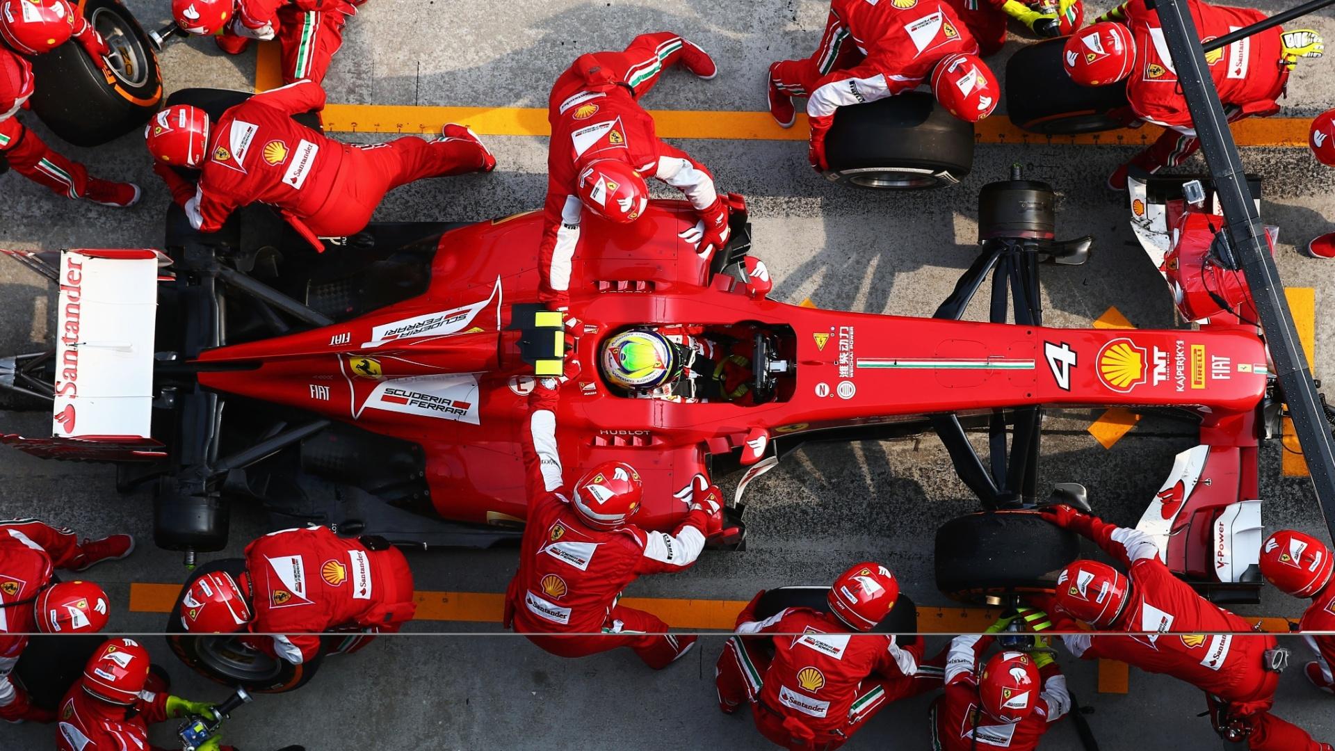 24.mar.2013 - Felipe Massa para nos boxes da Ferrari para a troca de pneus no GP da Malásia