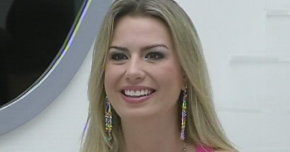 """24.mar.2013 - Fernanda fica feliz ao ver a família na última eliminação do """"BBB13"""""""