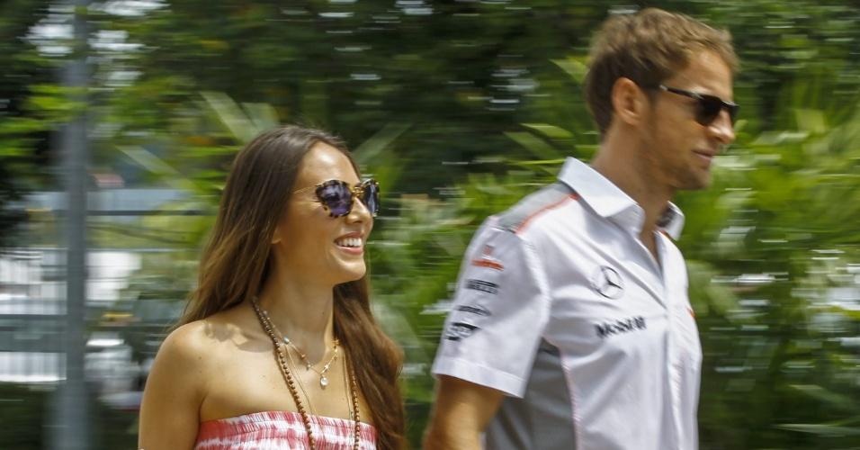 24.mar.2013 - Jenson Button chega ao circuito de Sepang acompanhado pela namorada, a modelo Jessica Michibata