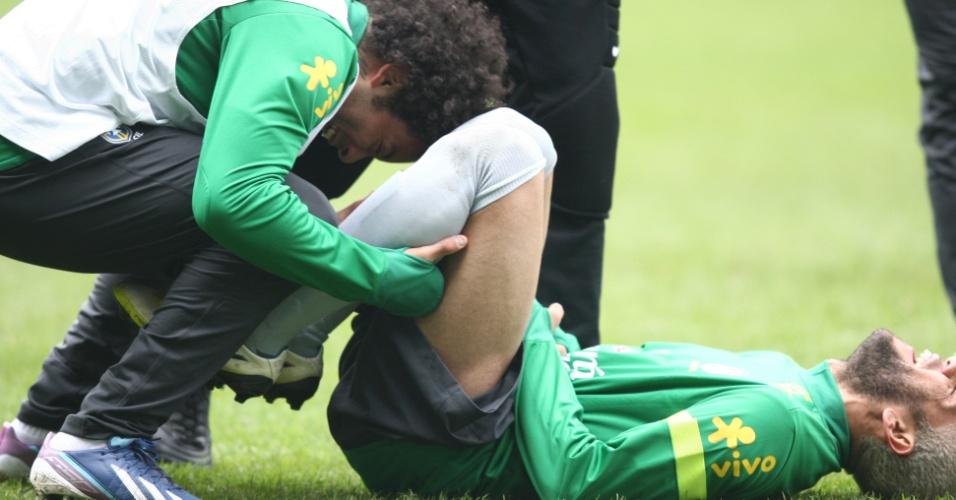 24.mar.2013 - Marcelo e Daniel Alves brincam durante treinamento da seleção brasileira em Londres