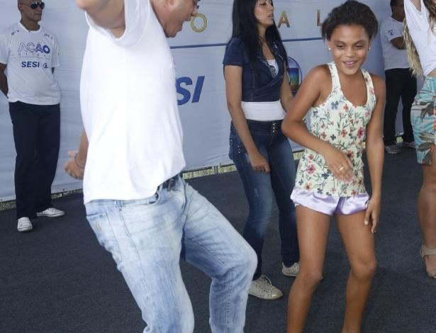 24.mar.2013 - O ex-BBB Dhomini dança durante o Ação Global, em Duque de Caxias, Rio de Janeiro