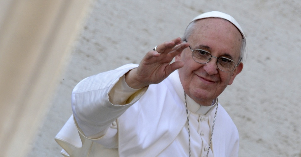 24.mar.2013 - O papa Francisco sorri e saúda os fiéis durante a celebração da tradicional missa do Domingo de Ramos, na praça de São Pedro, no Vaticano