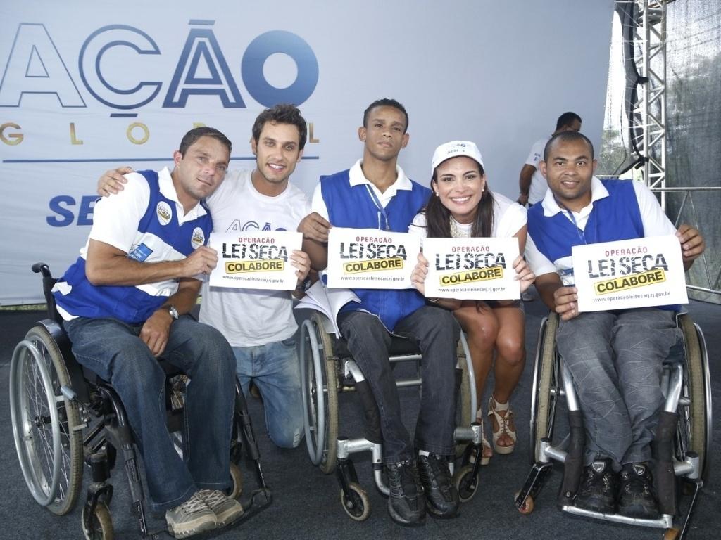 24.mar.2013 - Os ex-BBBs Eliéser e Kamilla participam do Ação Global, em Duque de Caxias, no Rio de JaneiroKamilla