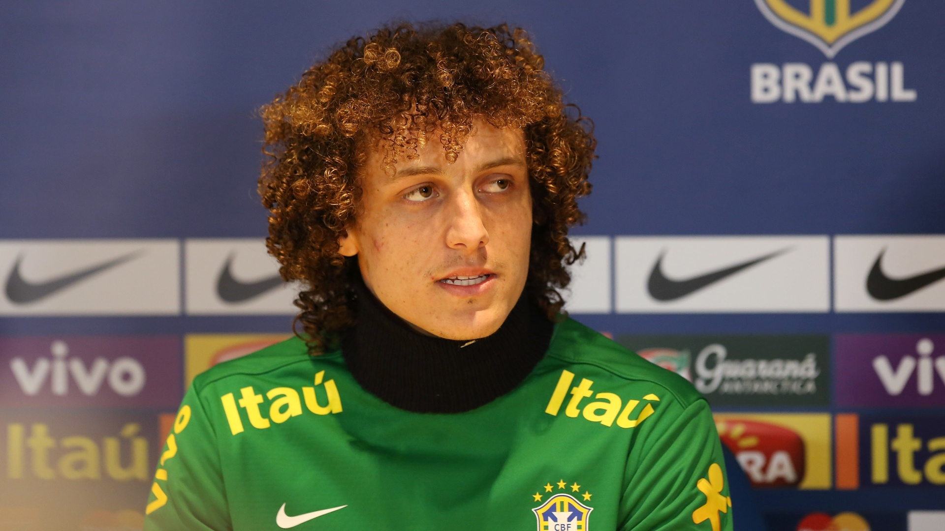 24.mar.2013 - David Luiz participa de coletiva de imprensa aps o treino da seleo brasileira, em Londres