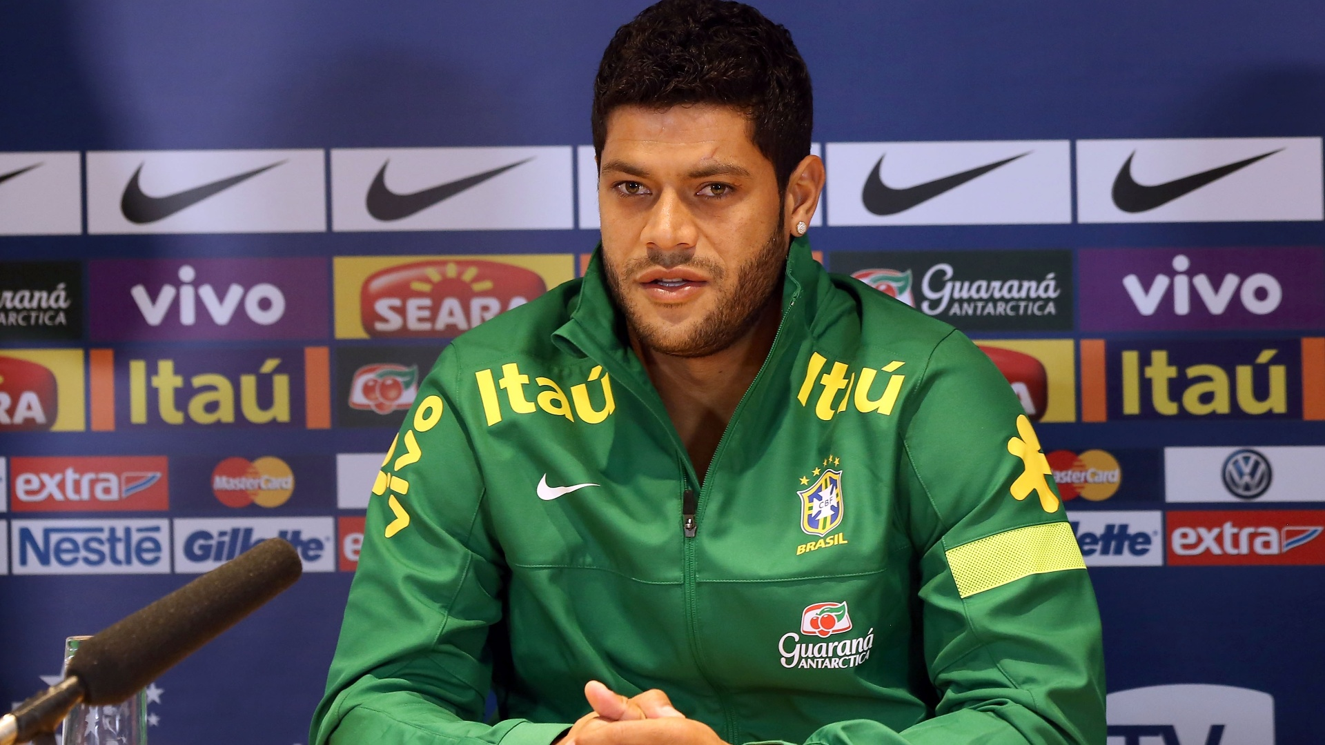 24.mar.2013 - Hulk participa de coletiva de imprensa aps o treino da seleo brasileira, em Londres