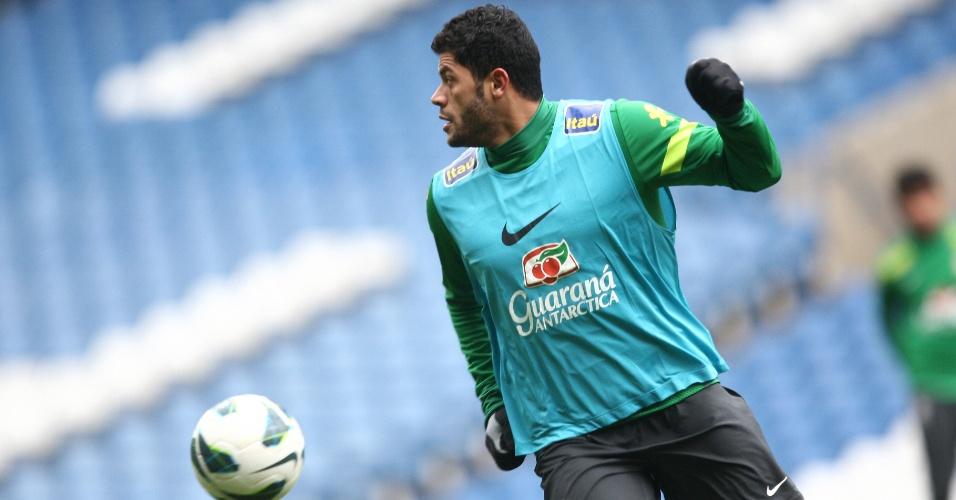 24.mar.2013 - Hulk participa do treino da seleção brasileira, em Londres, neste domingo, para o amistoso contra a Rússia, que acontecerá na segunda-feira