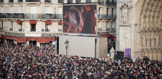 Pessoas ouvem o badalar dos novos sinos da Catedral de Notre Dame em Paris (23/03/2013)