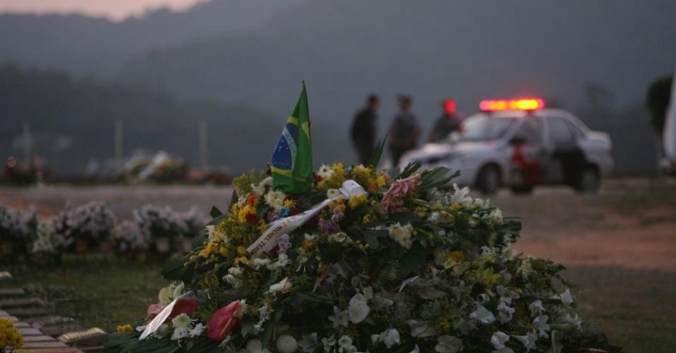 11.set.2006 - Depois do enterro, policiais militares em carro da corporação vigiam a sepultura do deputado estadual e coronel da reserva da Polícia Militar Ubiratan Guimarães (PTB) no cemitério do Horto Florestal, na zona norte de São Paulo (SP)