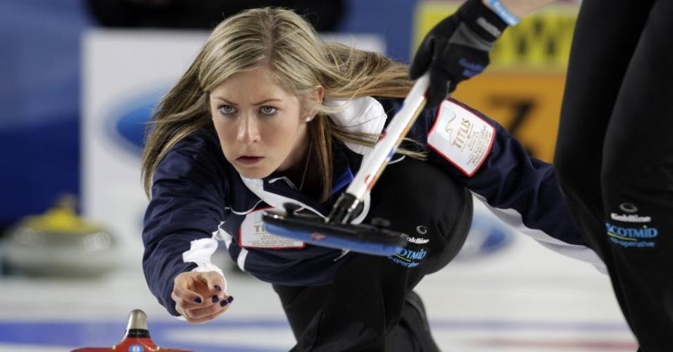 24.mar.2013 - A escocesa Eve Muirhead lança pedra durante a final do Mundial de curling contra a Suécia
