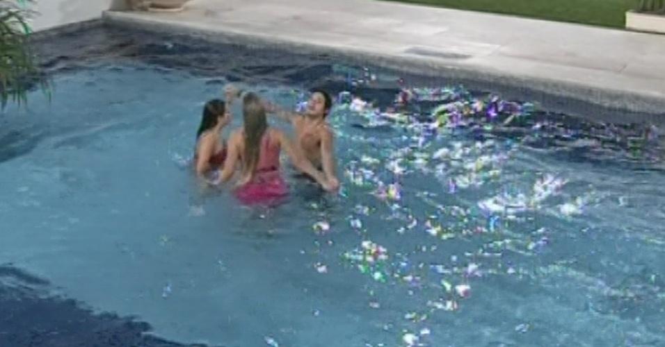 24.mar.2013 - Andressa, Nasser e Fernanda pulam na piscina para comemorar presença na final do