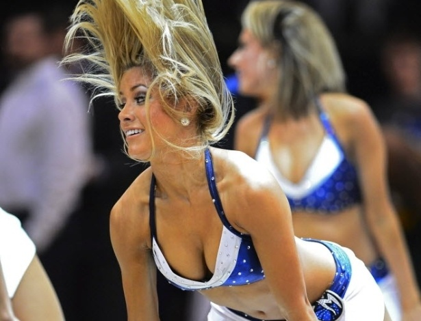 24.mar.2013 - Bela loira dança durante show das cheerleaders do Dallas Mavericks, em partida contra o Utah Jazz