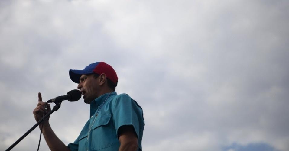 24.mar.2013 - Candidato da oposição à presidência da Venezuela, Henrique Capriles (centro), discursa em Carora, no Estado venezuelano de Lara