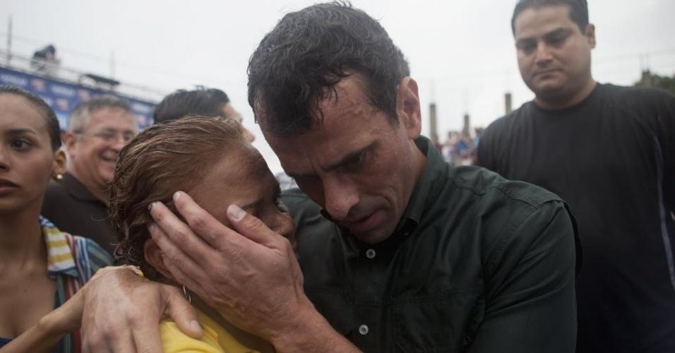 24.mar.2013 - Candidato da oposição à presidência da Venezuela, Henrique Capriles (direita), conversa com manifestante durante evento de campanha em San Felipe, no Estado venezuelano de Yaracuy