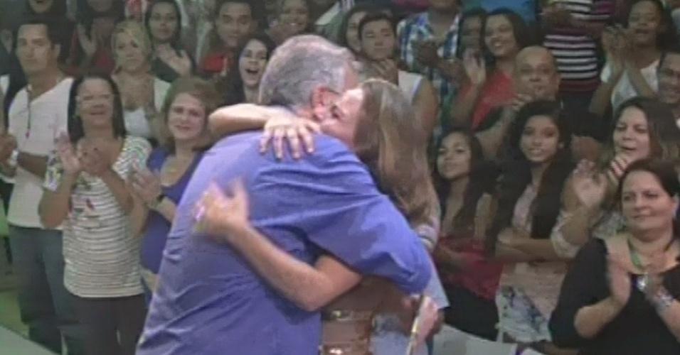 """24.mar.2013 - Natália recebe abraço de Pedro Bial ao deixar o """"BBB13"""""""