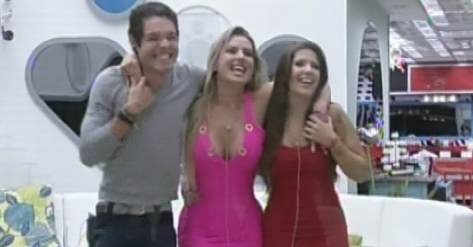 24.mar.2013 - Os finalistas Nasser, Fernanda e Andressa se abraam ao se despedir de Pedro Bial