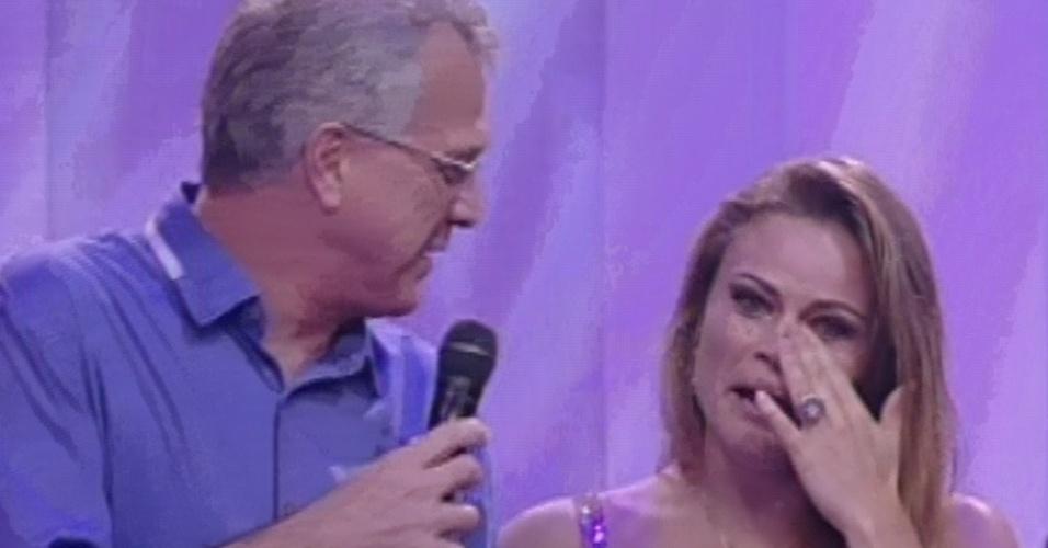 """24.mar.2013 - Última eliminada do """"BBB13"""", Natália chora e tem a mão segurada por Pedro Bial"""