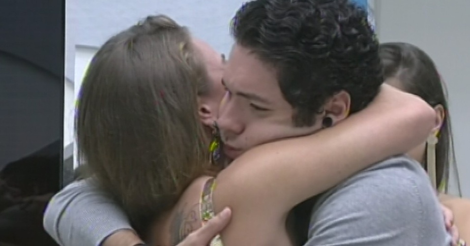 """24.mar.2013 - Última eliminada do """"BBB13"""", Natália dá abraço em Nasser"""