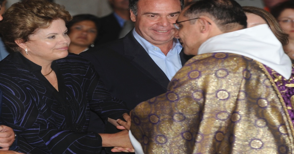 25.mar.2013 - A presidente Dilma Rousseff cumprimenta o padre durante missa na Catedral de Petr&#243;polis (RJ), em mem&#243;ria das 33 v&#237;timas dos deslizamentos de terra na cidade, causados por fortes chuvas