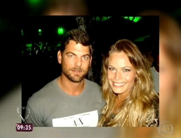 25.mar.2013 - Ana Maria Braga exibe fotos de Natália com o namorado Eduardo