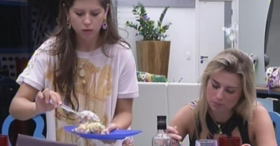 25.mar.2013 - Andressa se serve do jantar preparado por ela