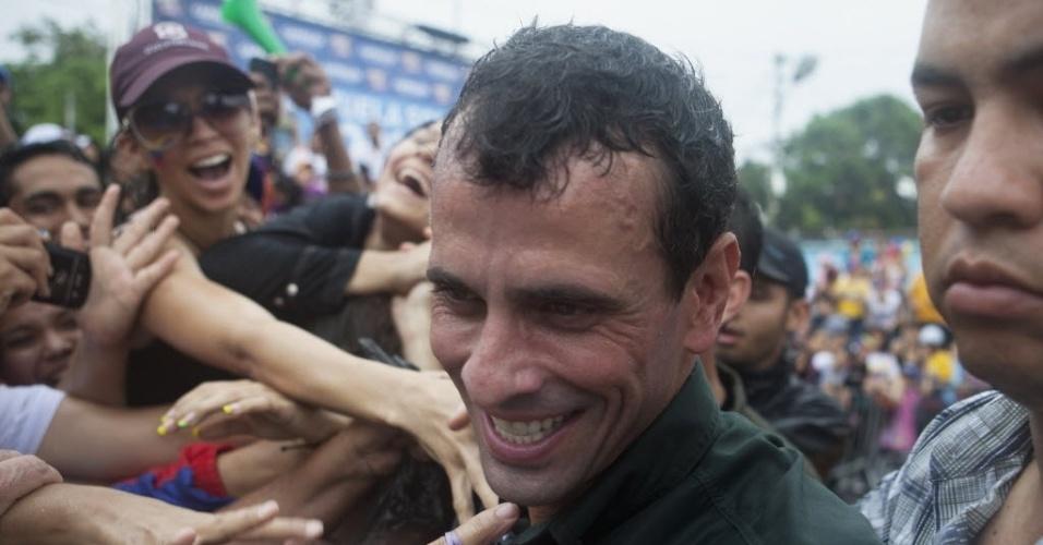 25.mar.2013 - Candidato da oposição à presidência da Venezuela, Henrique Capriles (centro), cumprimenta manifestantes durante evento de campanha em San Felipe, no Estado venezuelano de Yaracuy