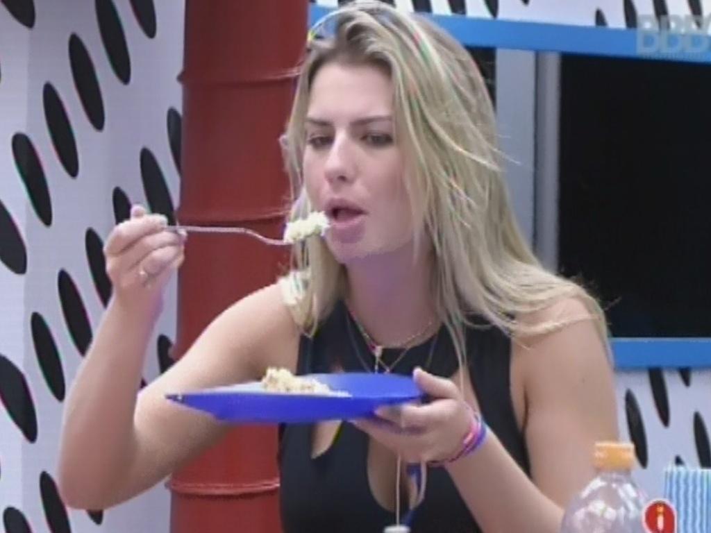 25.mar.2013 - Fernanda come jantar preparado por Andressa para os três finalistas