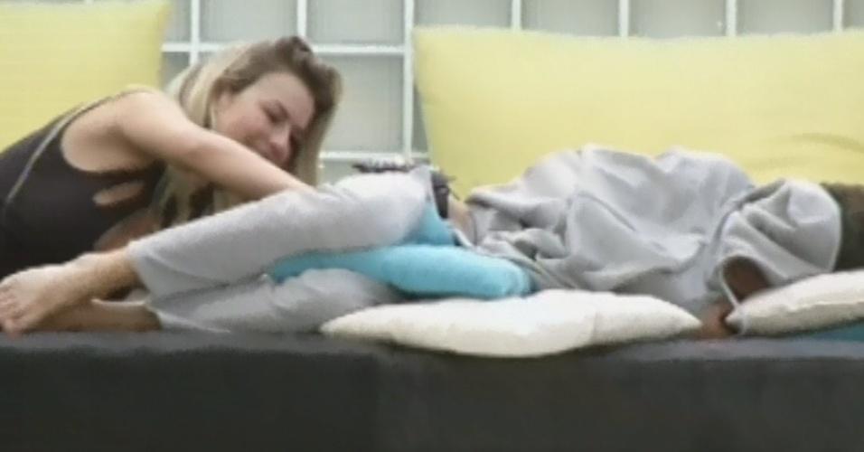 25.mar.2013 - Fernanda tenta acordar Nasser fazendo cócegas nas costas do brother com um pincel de maquiagem