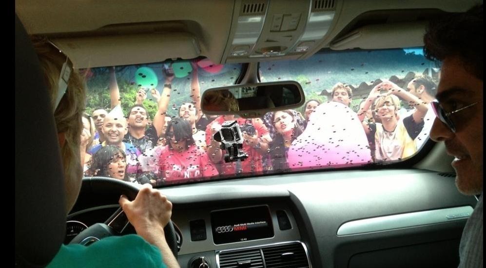25.mar.2013 - Xuxa é recebida com festa na porta da Globo