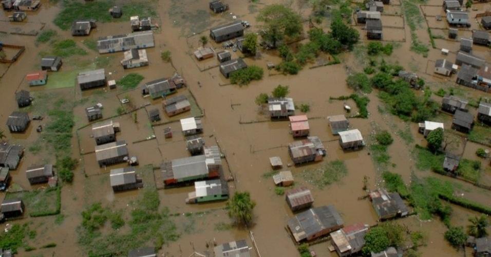 25.mar.2013 - Cheias do rio Acre deixam 414 pessoas desabrigadas e 91 desalojadas em Rio Branco (AC). O prefeito da cidade Marcus Alexandre (PT) decretou na tarde desta segunda-feira situação de emergência