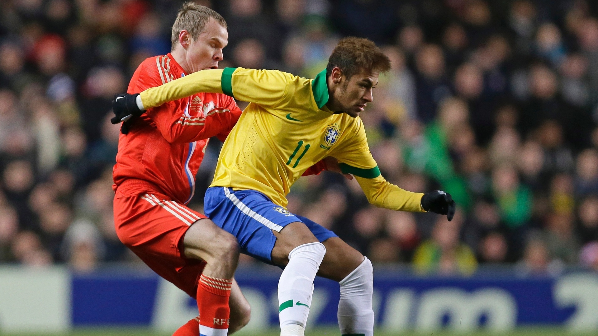 25.mar.2013- Neymar tenta driblar marcao russa durante amistoso em Londres