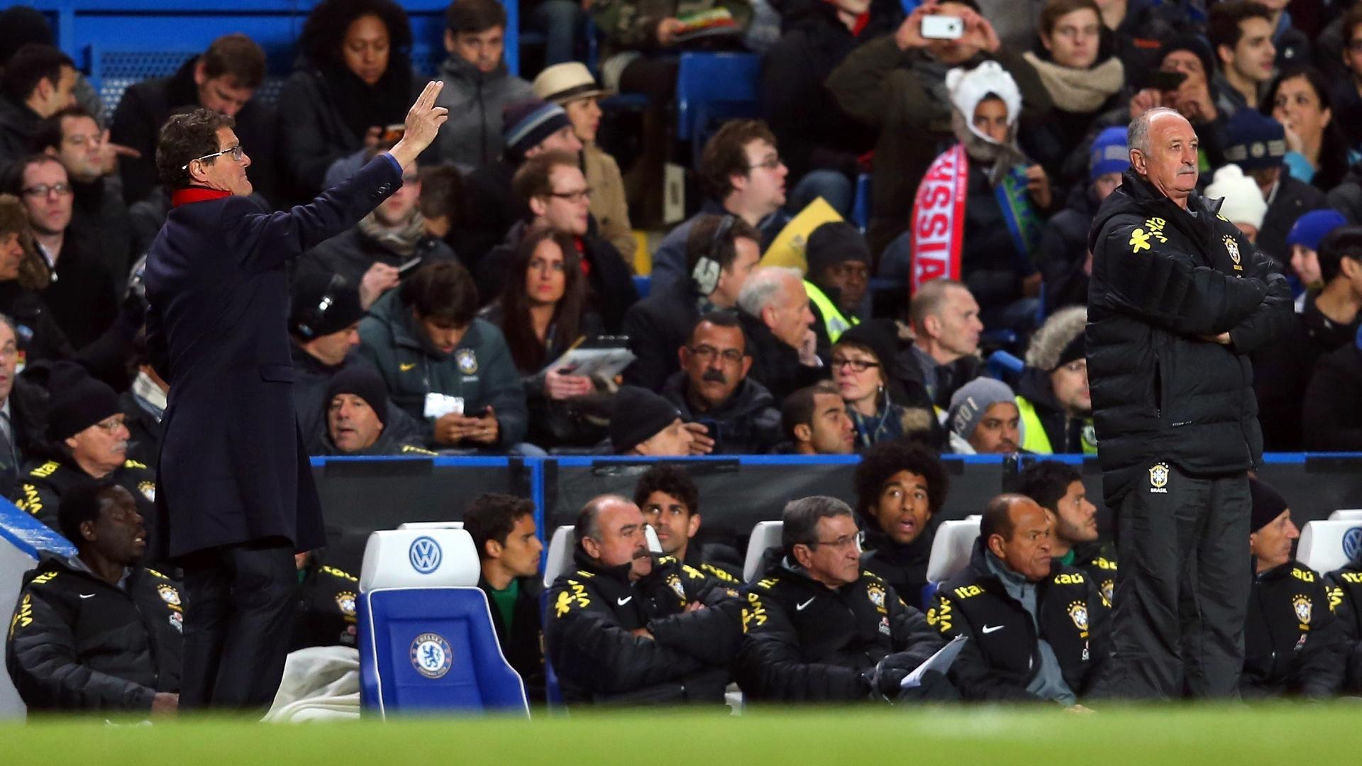 25.mar.2013- Técnico da Rússia, Fabio Capello (e.) orienta seus comandados enquanto Felipão observa partida de braços cruzados em Stamford Bridge