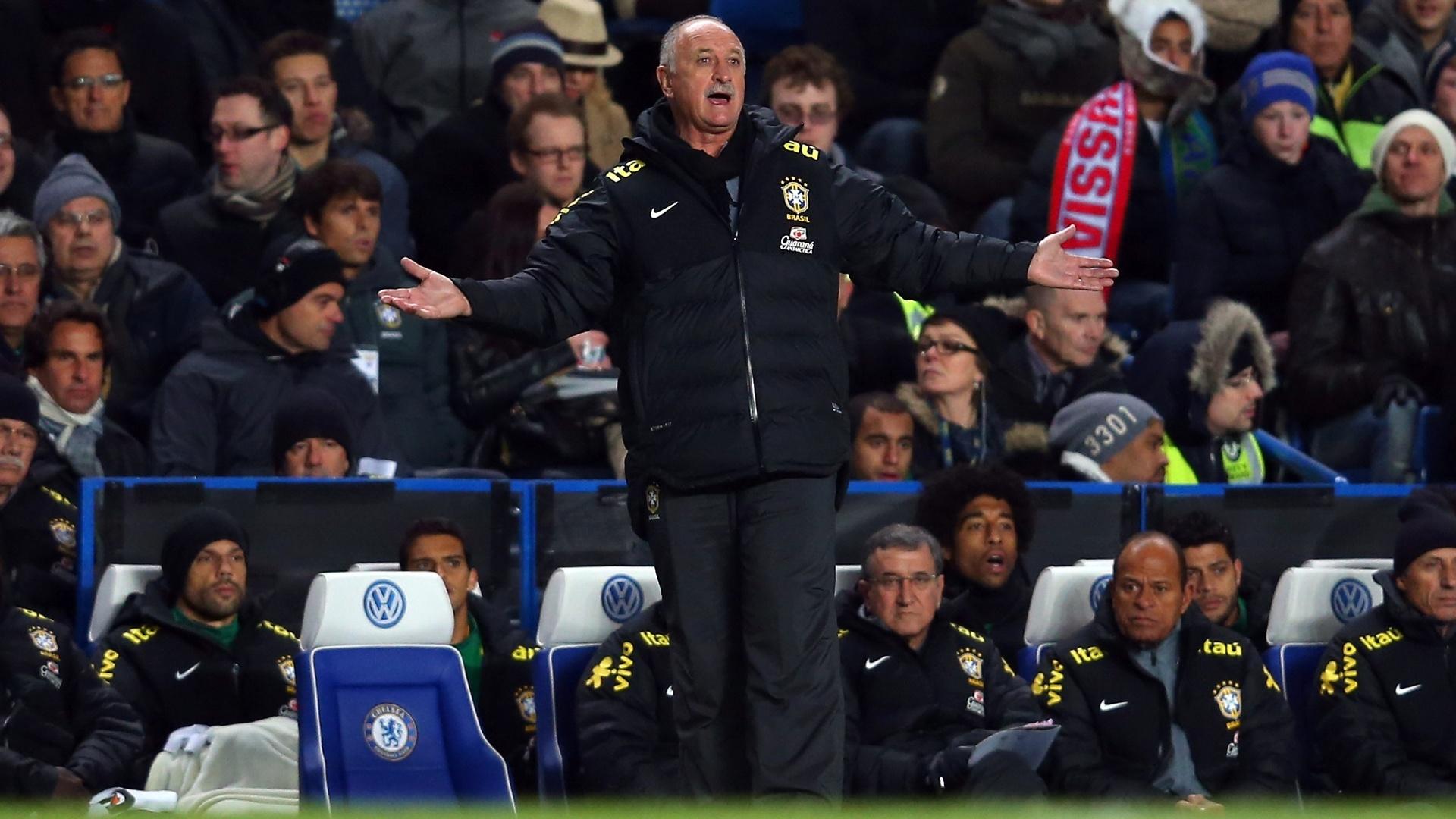 25.mar.2013- Técnico Luiz Felipe Scolari reclama com jogadores da seleção durante amistoso contra a Rússia em Londres