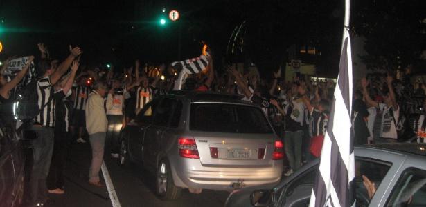 Torcida do Atlético faz carreata até a porta da sede do clube