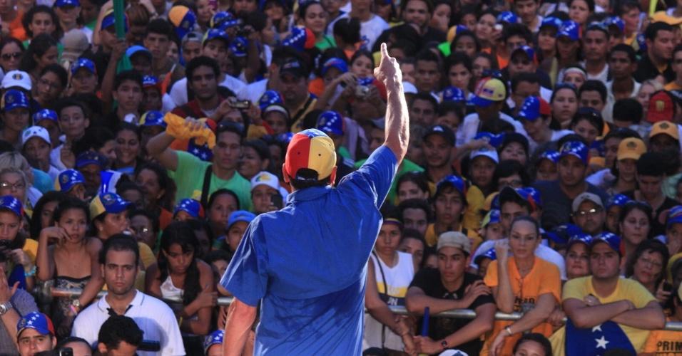 """25.mar. 2013 - Candidato da oposição à presidência da Venezuela, Henrique Capriles, diz que o povo """"enterra os mentirosos"""" ao votar nele durante ato de campanha em Caraballeda. A menos de três semanas das eleições no país, no dia 14 de abril, os dois candidatos, Maduro e o oposicionista Henrique Capriles, continuam em busca de votos"""