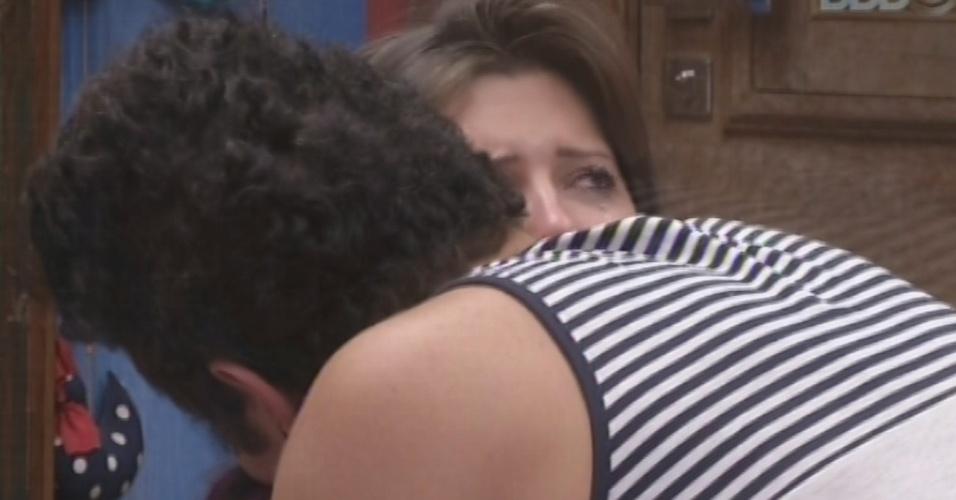26.mar.2013 - Andressa abraça Nasser e os dois choram no quarto Brechó