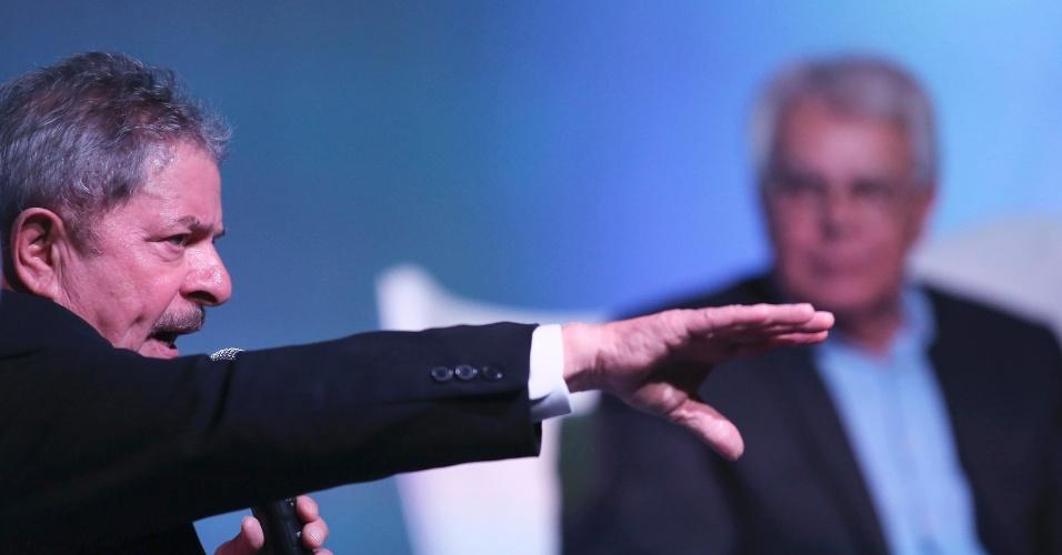 """26..mar.2013 - Ex-presidente Luiz Inácio Lula da Silva fala ao lado do ex-chefe do governo espanhol Felipe González durante fórum em São Paulo sobre os """"Novos Desafios da Sociedade"""""""