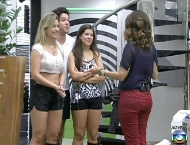 26.mar.2013 - Fátima Bernardes se despede dos finalistas Andressa, Fernanda e Nasser na mansão do