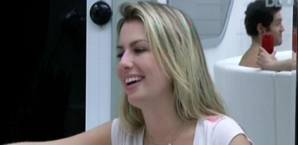 26.mar.2013 - Fernanda brinca: