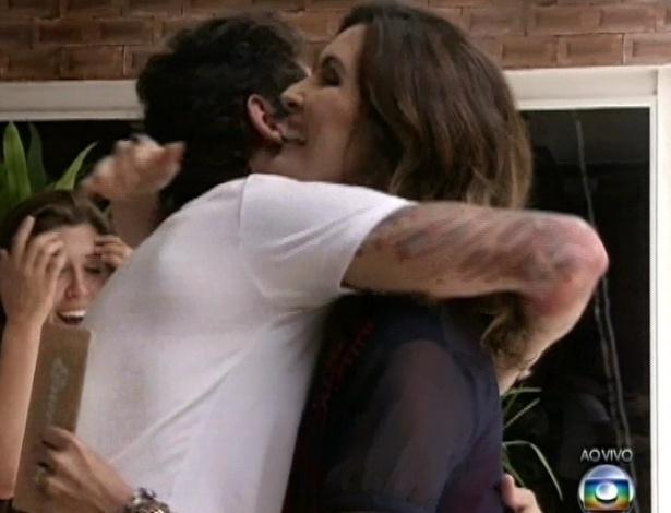 26.mar.2013 - Fernanda cumprimenta Fátima Bernardes durante visita na mansão do