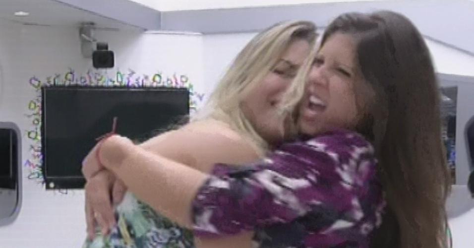 26.mar.2013 - Fernanda e Andressa se abraçam e dançam ao som de