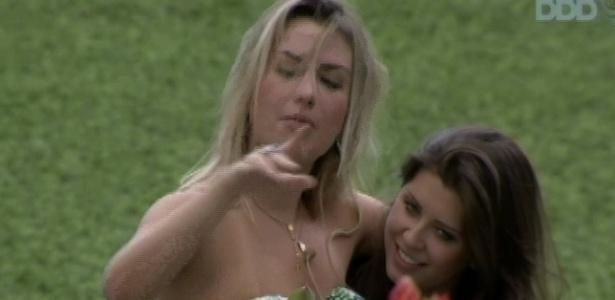 26.mar.2013 - Fernanda exagera no vinho e fica bem alegre no último almoço do
